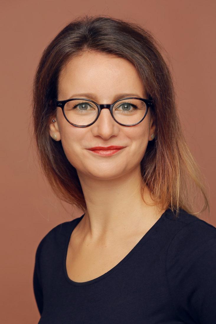 Dr. Janine Selle ist Psychotherapeutin und als leitende Psychologin im Klinikbereich tätig. Zusätzlich engagiert sie sich in sozialen Medien (Instagram: @dasklemmbrett) für die Aufklärung und Entstigmatisierung von Psychotherapie und psychischen Erkrankungen. Foto ©️ Marko Bußmann – beauty-shooter.de