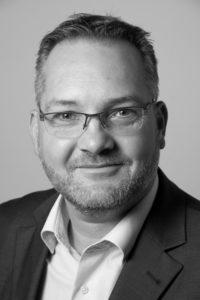 Prof. Dr. rer. medic. Michael Löhr arbeitet als Gesundheitswissenschaftler im LWL-PsychiatrieVerbund und dem LWL-Klinikum Gütersloh in der Stabsgruppe für Klinikentwicklung und Forschung. Er ist Honorarprofessor an der Fachhochschule der Diakonie in Bielefeld.
